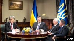 Встреча президента Украины Виктора Януковича с тремя бывшими лидерами страны – Виктором Ющенко, Леонидом Кравчуком и Леонидом Кучмой (Киве, 10 декабря 2013 года)