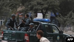 د سپټمبر په دیارلسمه په کابل کې پر امریکايي سفارت تر برید وروسته منظر. یو هلک د ډزو پر مهال تښتي.