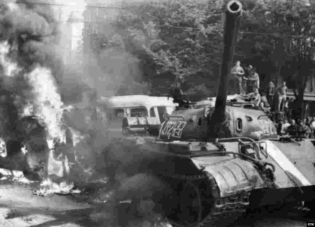 """На боевую технику, которая участвовала в операции в Чехословакии, были нанесены белые полосы. Согласно приказу, который получили командиры подразделений, участвовавших в операции, вся боевая техника без белых полос подлежала """"нейтрализации"""" без стрельбы, но в случае сопротивления - уничтожению без предупреждения"""