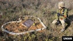 Біля меморіальної дошки пам'яті бійця 92-ї окремої механізованої бригади 19-річної Алєсі Бакланової, яка загинула 10 жовтня 2018 року під час чергування на бойовому посту. Донеччина, біля шахти «Бутівка-Донецька», 6 листопада 2019 року