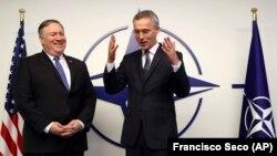Майк Помпео (слева) и Йенс Столтенберг беседуют перед встречей с министрами в штаб-квартире НАТО в Брюсселе, 4 декабря 2018