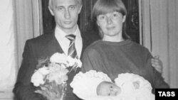 Владимир Путин с женой и дочерью, 1985 год