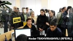 """ბანკ """"ქართუში"""" ანგარიშის გახსნის მსურველთა რიგი"""