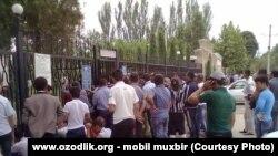 Ряды простых узбекистанцев, месяцами в тяжелых условиях ожидающих своей очереди на получение паспорта и выездной визы, пополнил и бывший сотрудник узбекских спецслужб.