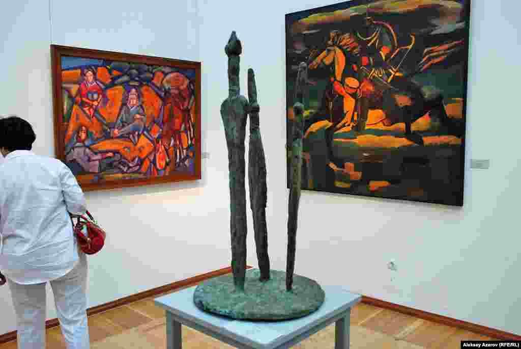 На выставке «Эхо Великой степи» есть несколько скульптур. Одна из них – «Три меча» (бронза) Адилета Жумабая. На заднем плане картина Табылды Мукатова «Беседа в степи» (слева) и «Кобланды батыр» Женисбека Абдрамана.