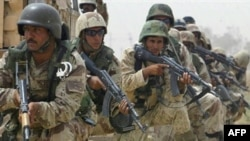 Iraqi soldiers searching for insurgents near Ba'qubah