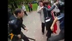 Россия полицияси аëл намойишчини калтакламоқда
