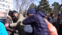 В окупованому Криму десятки людей зустрічали звільнених активістів (відео)