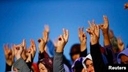 Турецькі курдки показують знак перемоги під час похорону бійців, які загинули, обороняючи Кобані від «Ісламської держави»