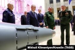 Владимир Путин, Сергей Шойгу и Валерий Герасимов на выставке, проведенной в рамках конференции о российской военной кампании в Сирии