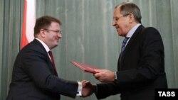 Давид Санакоев лоббировал т.н. абхазский вариант договора о союзничестве с Россией, не предусматривавший максимальную интеграцию с соседней страной, как того добивается партия парламентского большинства