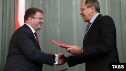 Голова МЗС Росії Сергій Лавров (п) і де-факто міністр закордонних справ Південної Осетії Давид Санакоєв у Москві після підписання «договору», 18 лютого 2015 року