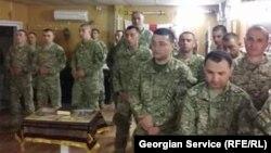 ქართველი ჯარისკაცები ნატოს საავიაციო ბაზის ტერიტორიაზე მდებარე ქართულ სალოცავში