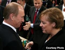 Ресей президенті Владимир Путин мен Германия канцлері Ангела Меркель 2007 жылғы Мюнхен конференциясында сөйлесіп тұр.