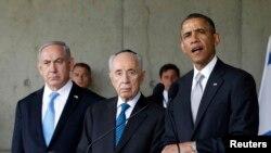 شیمون پرز ۹۰ ساله در میان باراک اوباما (راست) و بنیامین نتانیاهو