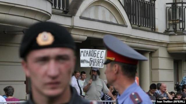 Police outside Moscow's Khamovnichesky Court on August 17