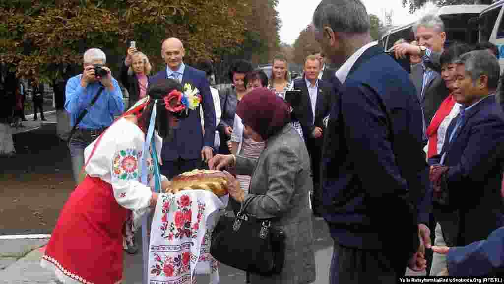 Вручення хліба-солі дипломатам