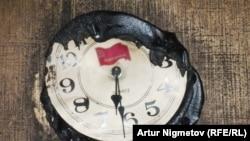 Настенные часы в офисе областного филиала Компартии, которые расплавились от огня и остановились на половине седьмого вечера. Уральск, 15 октября 2010 года.