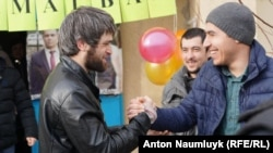 В Бахчисарае встречают освобожденного из-под ареста активиста Сейрана Салиева