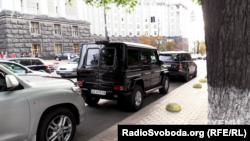 Авто, якими користуються депутати Євген Геллер та Андрій Іванчук, стоять там, де не можна
