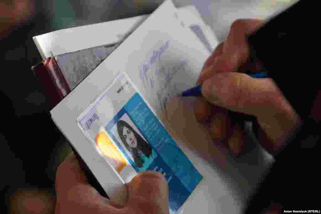 Комната стала напоминать избирательный участок в Крыму: люди в масках и в штатском, оцепление ОМОН, люди несут паспорта