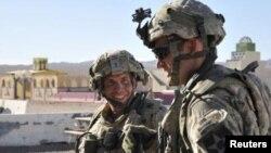 Штаб-сержант Роберт Бейлз (л) під час навчань у США 2011 року, архівне фото Міністерства оборони США