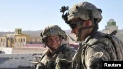 Старший сержант армии США Роберт Бэйлс (слева) на тренировочном лагере Форт-Ирвин, 23 августа 2011 года.