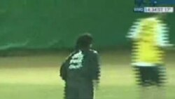 Maradona ağzında siqar futbol oynayır