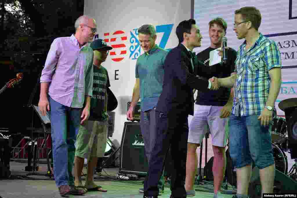 В паузе между выходами исполнителей был проведен конкурс на знание казахского языка среди американцев. Ведущий Мурат Мутурганов предлагал перевести на казахский язык несложные фразы. Зачастую вариантов перевода было столько, сколько участников конкурса. Победителями объявили всех.