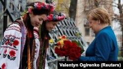Канцлер Німеччини Ангела Меркель під час покладання квітів до меморіалу Героїв Небесної сотні. Київ, 1 листопада 2018 року