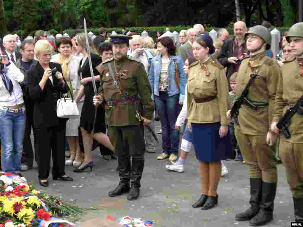 Театрализованный ритуал отдания чести павшим советским воинам. Прага, 9 мая 2009 года.