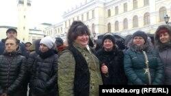 Ірына Яскевіч з прадпрымальнікамі каля Віцебскага аблвыканкаму 28 студзеня