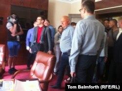 Ярослав Пидгайный (в центре) входит в свой кабинет. Киев, 18 июня 2014 года.