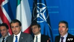 В течение дня высокопоставленные чиновники НАТО встречались с депутатами парламента, студентами, представителями оппозиции, НПО и военнослужащими, а вечером в Батуми генеральный секретарь НАТО встретился с президентом Грузии Михаилом Саакашвили