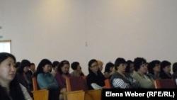 Сотрудники налогового управления города Темиртау на встрече с представителями Департамента по борьбе с экономической и коррупционной преступностью по Карагандинской области. Темиртау, 20 сентября 2012 года.