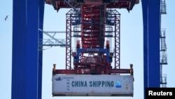 Германиянын Гамбург портуна Кытайдан келген жүк.