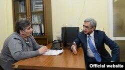 Նախագահ Սերժ Սարգսյանը զրուցում է աշխատանքի նախարարության աշխատակցուհու հետ, 24-ը հունվարի, 2014