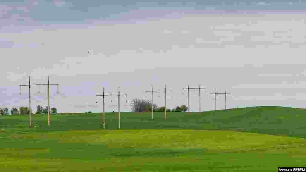 Ряд опор ЛЭП возле Строгоновки (до 1946 года – Мамак). Село от жилого массива Симферополя отделяет только объездная Ялтинская автотрасса. Бывший Мамак растянулся по долине реки Малый Салгир почти на пять километров