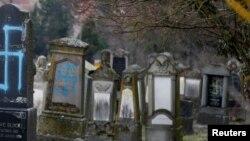 Оскверненное еврейское кладбище во французском посёлке Каценайм