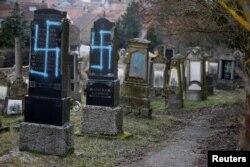 Morminte profanate într-un cimitir evreiesc din Alsacia
