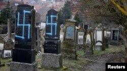 Varrezat e dëmtuara hebreje afër Strasburgut, më 19 shkurt 2019.