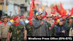 Nicolas Maduro hərbçilərin əhatəsində. 4 fevral, 2019.