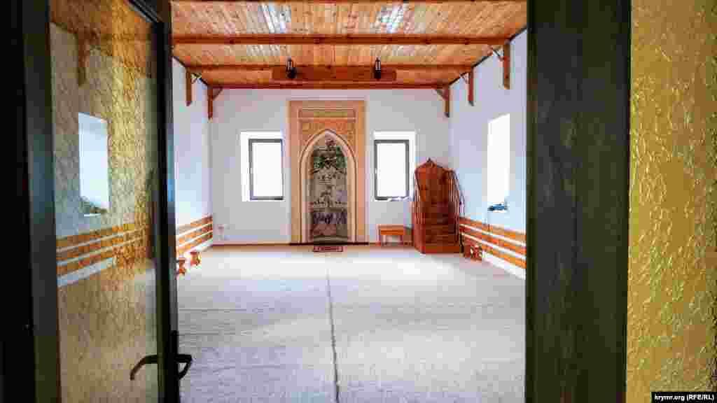 Вход в основное помещение, где проводятся коллективные намазы (молитвы). Внутри мечеть сравнительно небольшая, но этого хватает для местных жителей. Общая численность населения в Синекаменке в настоящее время составляет около 350 человек. Большинство – крымские татары