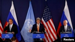 John Kerry (centru), Serghei Lavrov (stânga) și Staffan de Mistura, la reuniunea de la Viena