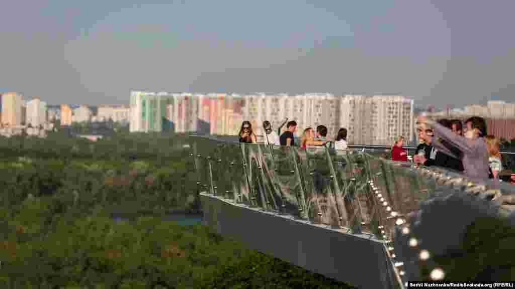 Часть моста– стеклянная. На горизонте– спальные кварталы Киева, которые находятся на левом берегу Днепра