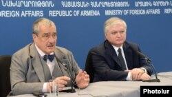 Министр иностранных дел Армении (справа) и вице-преьмер, глава МИД Чехии Карел Шварценберг во время совместной пресс-конференции, Ереван, 11 апреля 2013 г.