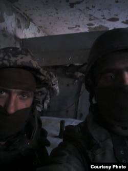 Захисники Донецького аеропорту «Дев'ятий» і «Кліщ» під час корегування вогню на диспетчерській вежі (після її падіння). 14 січня 2015 року