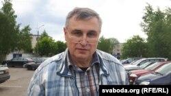 Віцебскі праваабаронца Павал Левінаў каля ІЧУ, ідзе адбываць 15-суткавы арышт. Віцебск, 31 траўня 2017 году