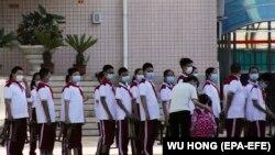 У Китаї єдиного на всю країну дня початку шкільного року немає, в столиці Пекіні цього року він починається в різних школах у час від 29 серпня до 7 вересня. На фото: черга на вхід до однієї зі шкіл у Пекіні, 1 вересня 2020 року