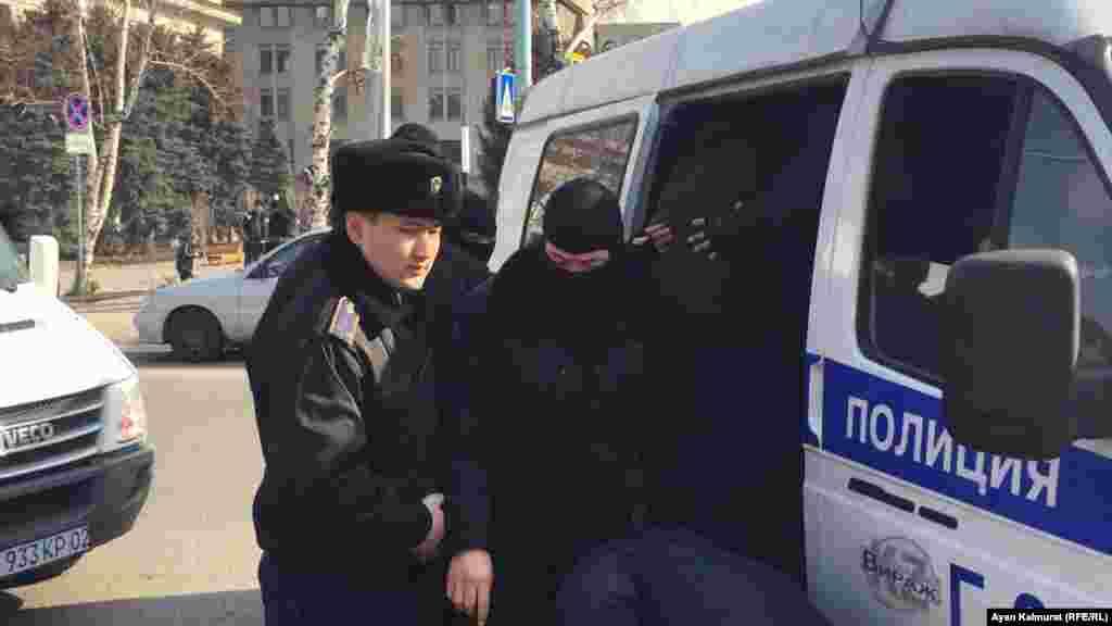 Әзірге полицияның қанша адамды ұстағаны туралы ақпарат жоқ.